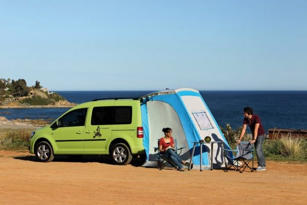 couple-camping-with-vw-caddy-tramper-maxi-with-theback-tent-open
